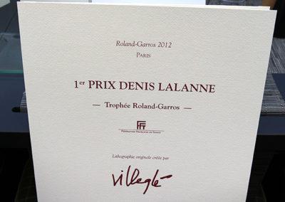 Une authentique pièce muséale : le portfolio du 1<sup>er</sup> Prix Denis-Lalanne-Trophée Roland-Garros ! Un Prix résolument francophone, créé sous le très actif parrainage de la <a href=http://www.fft.fr/>Fédération Française de Tennis</a> pour récompenser chaque année le meilleur article de presse écrit pendant le tournoi de Roland-Garros.
