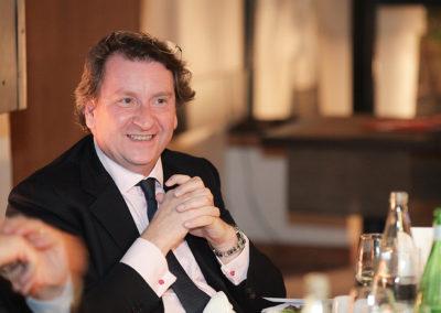 C'est désormais un habitué. Philippe Peyrat, directeur du département mécénat sponsoring du groupe GDF Suez, vient verser son goût du sport et des mots au cœur du débat.