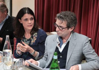 Sophie Alexandre, nouvelle directrice de la communication et du marketing de la Fédération Française de Tennis, apporte sa propre sensibilité au débat général. En attentif président du jury, Frédéric Taddeï est à l'écoute.