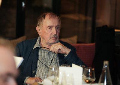 Il a lui-même tant écrit ! Denis Lalanne, auteur d'un fameux <em>Trois balles dans la peau</em>, écoute attentivement chacun des jurés.
