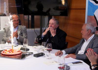Il a fêté son 90<sup>e</sup> anniversaire le 1<sup>er</sup> avril 2016. Entouré d'Alain Deflassieux et de Jean Couvercelle, Denis Lalanne reçoit l'hommage de tous les jurés du Prix qui porte son nom.