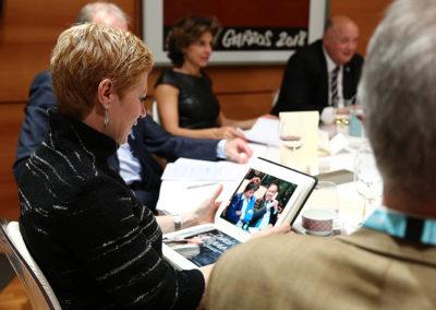 Tandis qu'Anne Nivat et Bernard Giudicelli prolongent le débat, Sarah Pitkowski tourne les pages du Livre d'or. Six ans d'histoire, déjà, pour le Prix Denis-Lalanne !