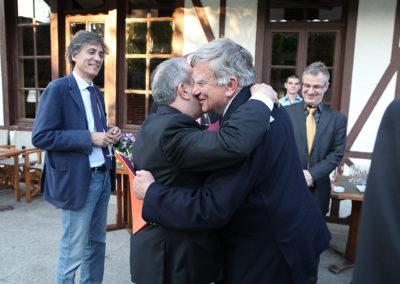 Sous le regard d'Édouard-Vincent Caloni et de Christophe Penot, le fondateur et organisateur du Prix Denis-Lalanne, l'instant des chaleureuses retrouvailles entre Jean Gachassin et Jean Glavany. Le premier, président fédéral, va tenir la rude fonction de président du jury ; le second, ancien secrétaire général de L'Élysée et député des Hautes-Pyrénées, est l'invité d'honneur de cette édition inaugurale.