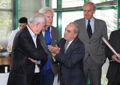 Jean Gachassin salue pour sa part Frédéric Vitoux, l'invité d'honneur de cette quatrième édition. Á leur côté, deux spectateurs attentifs : le peintre Peter Klasen et Alain Deflassieux, le reporter aux quarante-trois tournois de Roland-Garros.