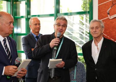 L'heureuse et nécessaire mission d'un organisateur. Aux côtés de Bernard Giudicelli et de Stephan Post, mais aussi du peintre Vladimir Veličković, Christophe Penot salue et remercie l'engagement fédéral au service de la presse écrite.