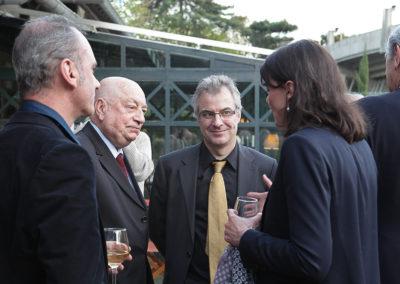 Gilles van Kote, président du jury du 3e Prix Denis-Lalanne, et Hervé Bourges, invité d'honneur, sont accueillis par Christophe Penot et Sophie Alexandre, directrice de la communication et du marketing de la Fédération Française de Tennis. Dans l'écrin toujours magique du stade de Roland-Garros.
