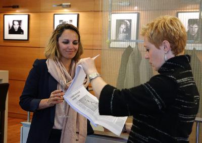 Au travail ! Á peine arrivées, Géraldine Pons et Sarah Pitkowski ont tiré leur dossier d'articles.