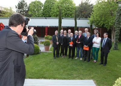 La photographie officielle du 1<sup>er</sup> Prix-Denis-Lalanne. Sur le site mythique de Roland-Garros, Jean Gachassin, Jean Glavany et l'ensemble du jury entourent Denis Lalanne, 87 ans, journaliste de légende qui offre, pour notre plus grand plaisir, son nom à ce Prix.