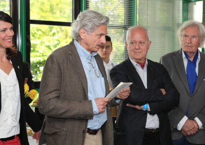 """À l'invitation de Sophie Alexandre, Alain Frachon, président du quatrième jury, annonce les résultats. Il appelle donc Cyrille Poméro, journaliste pour """"La Dépêche du Midi"""" et nouveau lauréat."""