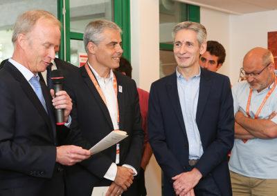 Stephan Post et Jean-Philippe Gatien ont pris la parole pour appeler Jean-Julien Ezvan. Derrière, on reconnaît Franck Ramella, le troisième lauréat.