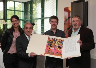 Aux côtés de Sophie Alexandre, de Jean Gachassin et de Denis Lalanne, Frédéric Bernès reçoit l'estampe spécialement réalisée par l'artiste islandais Erró. Un authentique maître de la peinture contemporaine, accroché dans plus de cent musées, sur les cinq continents.