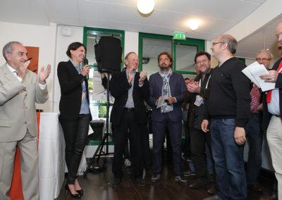 Au nom de la Fédération Française de Tennis, Sophie Alexandre appelle Frank Ramella à venir recevoir son Prix. Jean Gachassin n'est pas le dernier à l'applaudir.