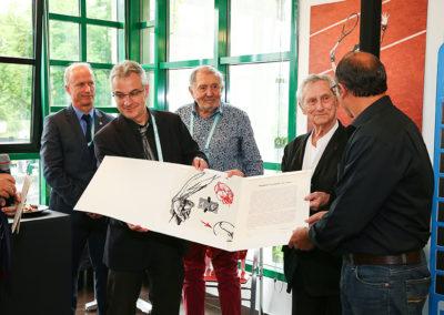 L'illustre Vladimir Veličković s'est fait un ami. Il remet lui-même son œuvre au récipiendaire.