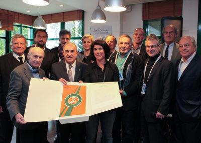 Myrtille Rambion à jamais première lauréate du Prix Denis-Lalanne. En présence des jurés, d'Henri Leconte et de Guy Forget, elle reçoit une œuvre d'art spécialement réalisée par Jacques Villeglé en collaboration avec Cristel Éditeur d'Art.