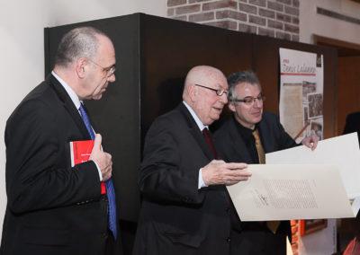 Sous le regard de Gilbert Ysern, directeur du tournoi de Roland-Garros, Christophe Penot présente à Hervé Bourges le précieux portfolio du 3e Prix Denis-Lalanne. Il renferme une lithographie spécialement réalisée par le peintre suisse Peter Stämpfli.