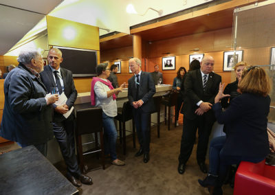 Traditionnels et heureux conciliabules. Denis Lalanne a retrouvé Guy Forget, Stephan Post converse avec Corinne Boulloud, rédactrice en chef adjointe à <em>Europe 1</em>, et Bernard Giudicelli est à l'écoute de Géraldine Pons et de Sarah Pitkowski.
