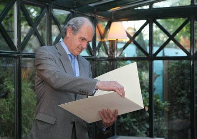 Une autre personnalité de la presse : Alain Deflassieux, ancien grand reporter à <em>L'Équipe</em> et suiveur de quarante-trois tournois de Roland-Garros ! Ce n'est pas sans émotion qu'il découvre à son tour le portfolio offert à chacun des membres de ce jury fondateur.
