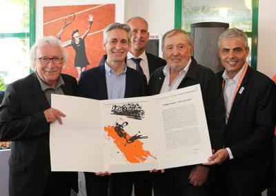 Jacques Vendroux, Guy Forget, Denis Lalanne et Jean-Philippe Gatien entourent l'heureux vainqueur. La lithographie à tirage unique sur Japon nacré est signée par Philippe Cognée, le maître de la peinture à la cire.