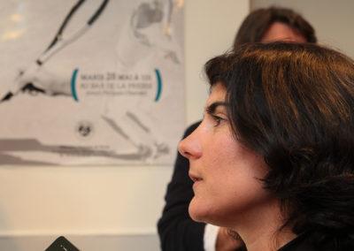 Myrtille Rambion interviewée devant l'affiche du 1er Prix Denis-Lalanne éditée par la Fédération Française de Tennis. L'aimable rançon de la gloire.