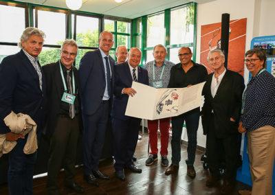 La photographie officielle de la remise du 6<sup>e</sup> Prix Denis-Lalanne. David Loriot est entouré des jurés et du peintre.