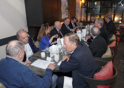 Les douze jurés ont pris place autour de la table. Denis Lalanne, Jean Couvercelle et Patrice Clerc sont déjà au travail.