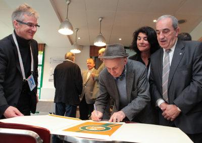 Jacques Villeglé, champion de l'art contemporain. Avec son inimitable alphabet socio-politique, il dédicace son œuvre pour le plus grand plaisir de la lauréate.