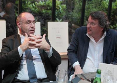 Consciencieux. Sous le regard de Philippe Peyrat, Gilbert Ysern, directeur du tournoi de Roland-Garros, soutient un à un les arguments qui lui font préférer certains articles parmi les différents candidats.