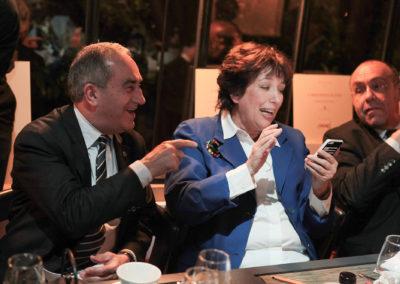 Roselyne Bachelot veut déjà tweeter le nom du vainqueur. « Elle est vraiment très forte ! » admire un Jean Gachassin toujours étonné par l'inépuisable réactivité d'un téléphone portable.