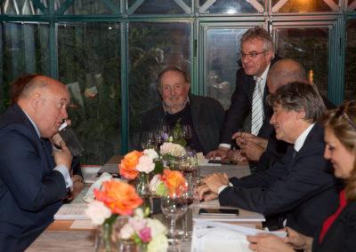 Allo, la Suisse ! Sous le regard ému de Denis Lalanne, le président Giudicelli ne veut pas manquer d'apporter au nouveau lauréat, Laurent Favre, chef de la rubrique Sport au quotidien <em>Le Temps</em>, ses chaleureuses et sincères félicitations fédérales.
