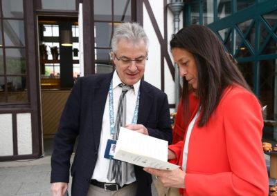 Petits travaux d'organisateur. Christophe Penot présente à Nathalie Ricard Deffontaine le traditionnel livret édité, année après année, pour la remise du Prix.