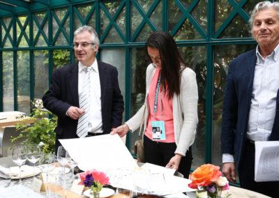 Aux côtés de Christophe Penot et d'Alain Frachon, Nathalie Ricard Deffontaine découvre le portfolio remis à chacun des jurés. Avec une œuvre de Claude Viallat, immense peintre français dont les œuvres sont conservées dans de nombreux musées.