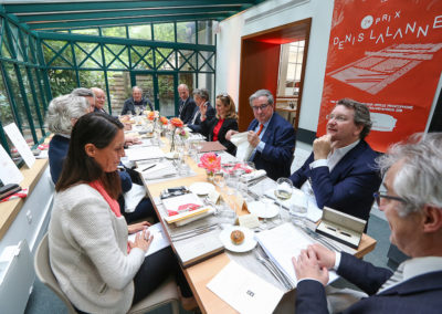 Entre Nathalie Ricard Deffontaine et Philippe Peyrat, Christophe Penot a le plaisir de présenter les nouveaux jurés à Denis Lalanne. Une aimable habitude, dans la tradition de courtoisie et d'accueil si chère à l'histoire de Roland-Garros.