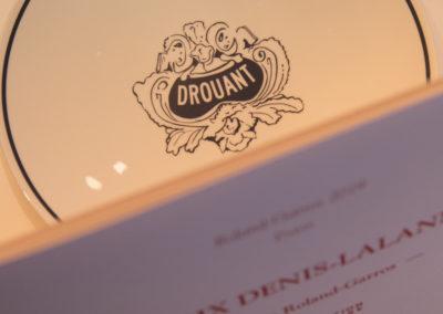 Millésime forcément historique. Dans le contexte mondial de l'épidémie de Coronavirus, le Prix Denis-Lalanne adopte une nouvelle adresse : le prestigieux restaurant Drouant, à Paris.