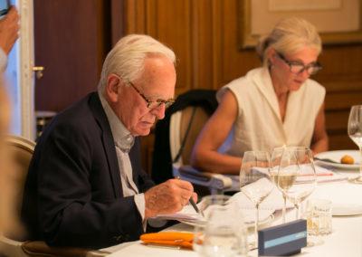 Philippe Labro prend des notes tandis que l'écrivaine Nathalie Azoulai est à l'écoute. Une lauréate du Prix Médicis que nous avons le bonheur d'accueillir comme invitée ès qualités.