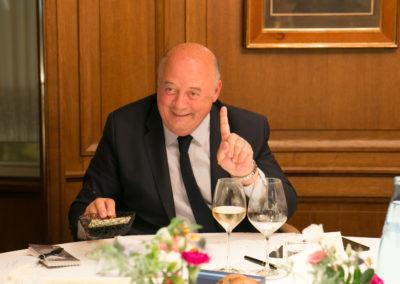 Deuxième tour de scrutin. Tout sourire, le président Bernard Giudicelli prévient Céline Géraud qu'il a bien voté !
