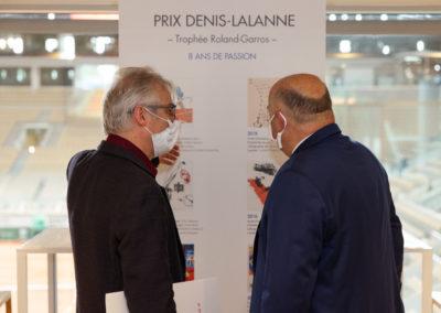 Christophe Penot, l'organisateur, inaugure avec Bernard Giudicelli, le président de la Fédération Française de Tennis, le nouveau panneau d'accueil du Prix Denis-Lalanne. Huit ans de passion fédérale au service de la presse écrite et de la francophonie !