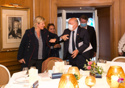 Salutations présidentielles au temps du Coronavirus ! Bernard Giudicelli, le président de la Fédération Française de Tennis, accueille Céline Géraud, présidente de ce huitième Jury, sous le regard de Géraldine Pons et de Philippe Peyrat.