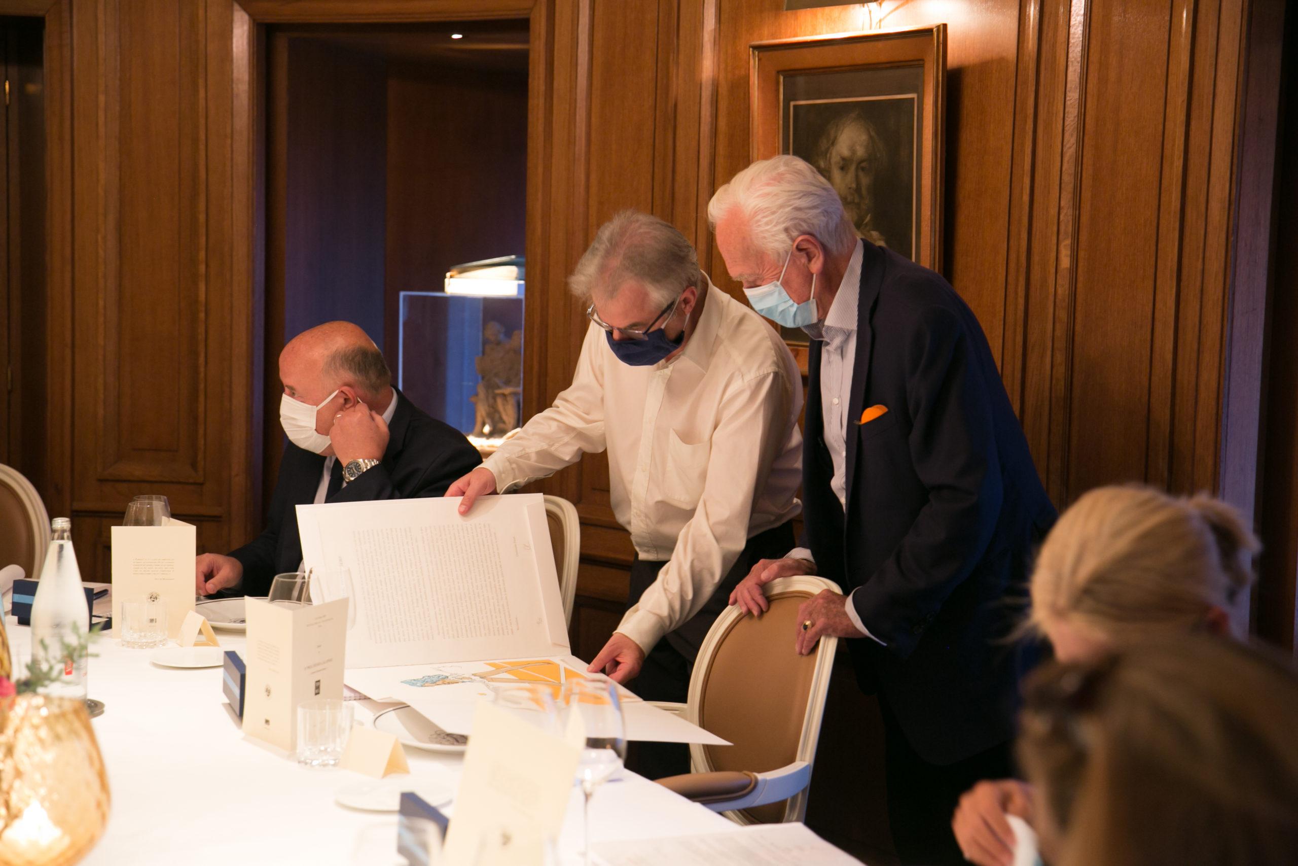 Bonheurs de l'édition d'art. Christophe Penot présente à Philippe Labro, invité d'honneur de cette huitième édition, la lithographie spécialement réalisée pour le Prix par l'artiste néerlandais Pat Andrea.