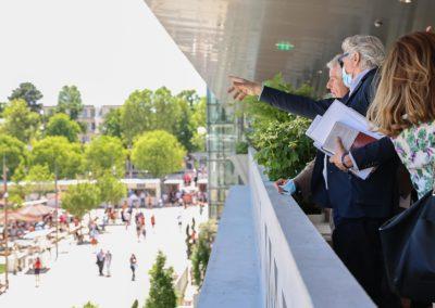 Autre coup d'œil, celui que propose Alain Frachon à Claude Lelouch. Une vue splendide sur l'écrin de Roland-Garros, désormais rénové.