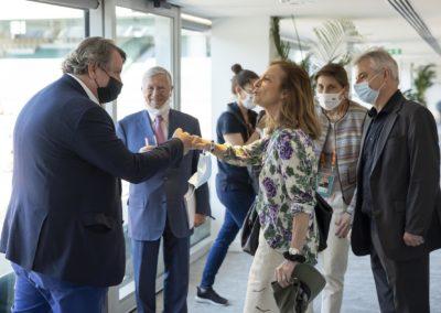 Salutations agréées entre Philippe Peyrat et Anne Sophie de Kristoffy, autre invitée ès qualités de cette neuvième édition. Derrière eux, on peut reconnaître Alain Duhamel, Amélie Oudéa-Castéra et Christophe Penot.